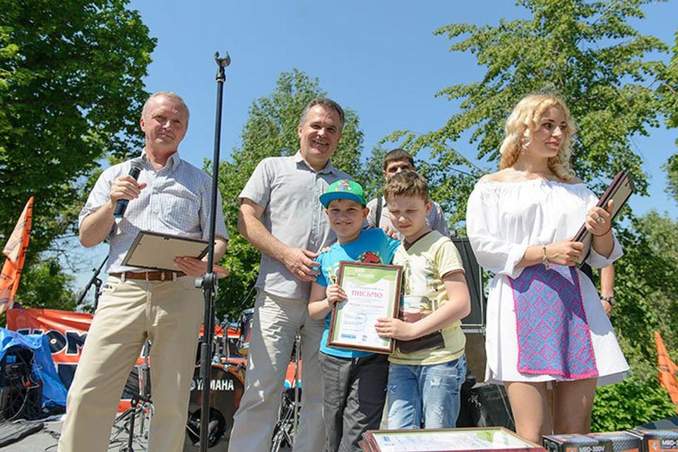 «ЭКО-книга» прошла под девизом «Сбережем лес – соберем библиотеку. На фото Игорь Станкевич (слева), Владимир Панков и юные победители.