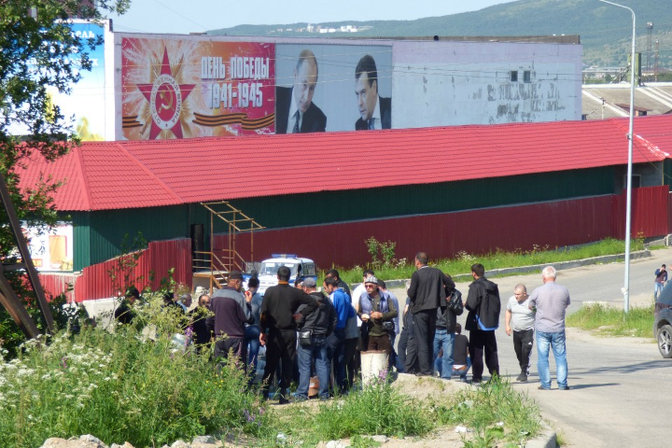 На территории пивзавода дежурит группа людей, готовые в любой момент пойти в атаку на тех, кто выгнал их с предприятия.