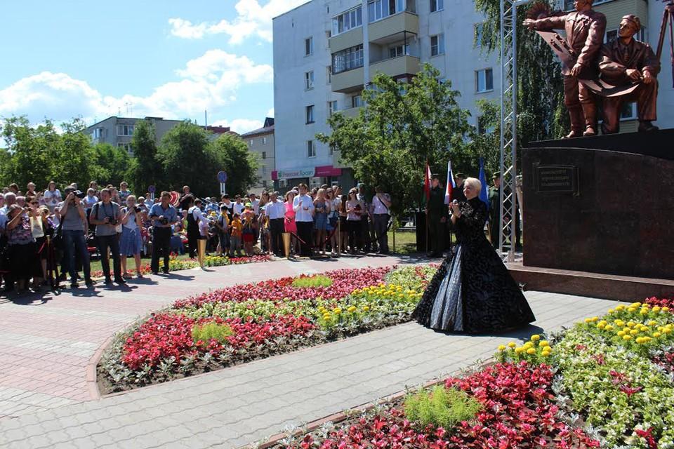 Памятник дорожникам открывали под гимн в исполнении Жанны Прохорихиной.