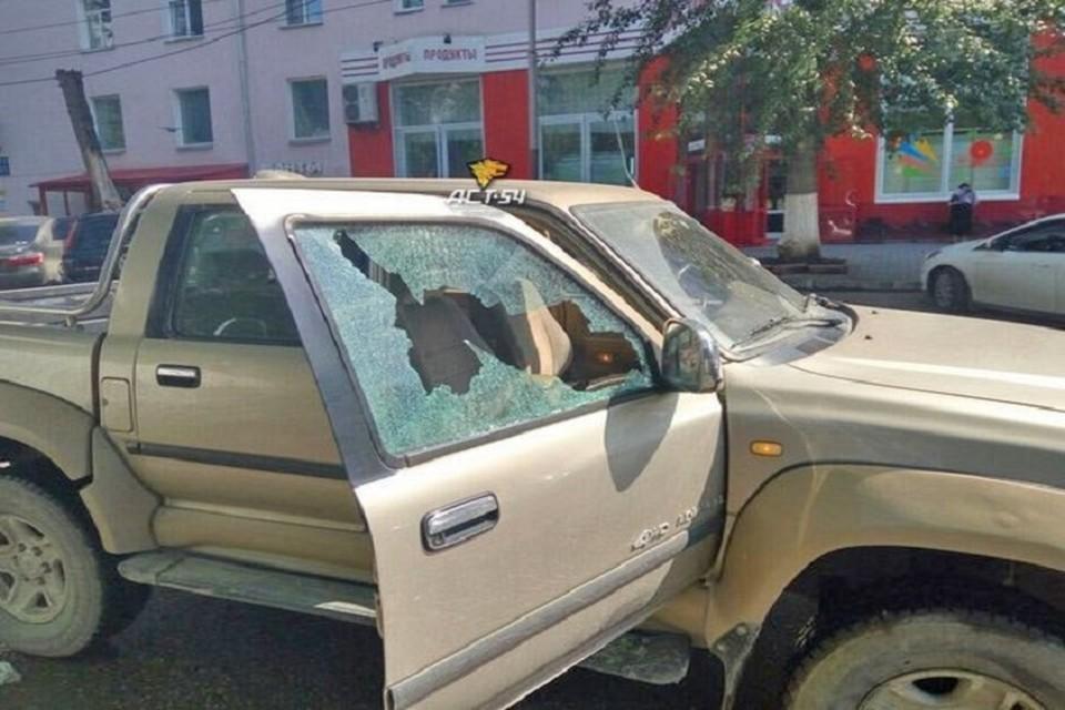 Пуля чудом не задела водителя и сидевшую рядом пассажирку, прошла на вылет через стекло.