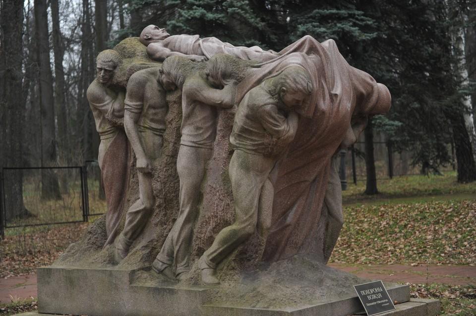 """В """"Горках"""" стоит вот такая скульптура. """"Похороны вождя"""" (автор Сергей Меркуров)."""