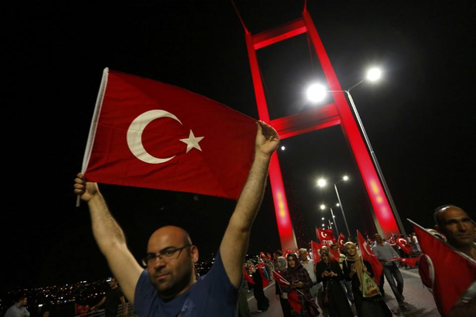 В Турции до сих пор продолжаются массовые демонстрации в поддержку действующей власти