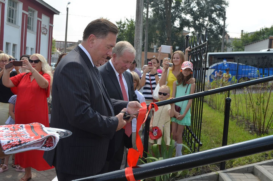 Знаменательный момент - губернатор Курской области и глава Российской федерации фехтования перерезают красную ленточку