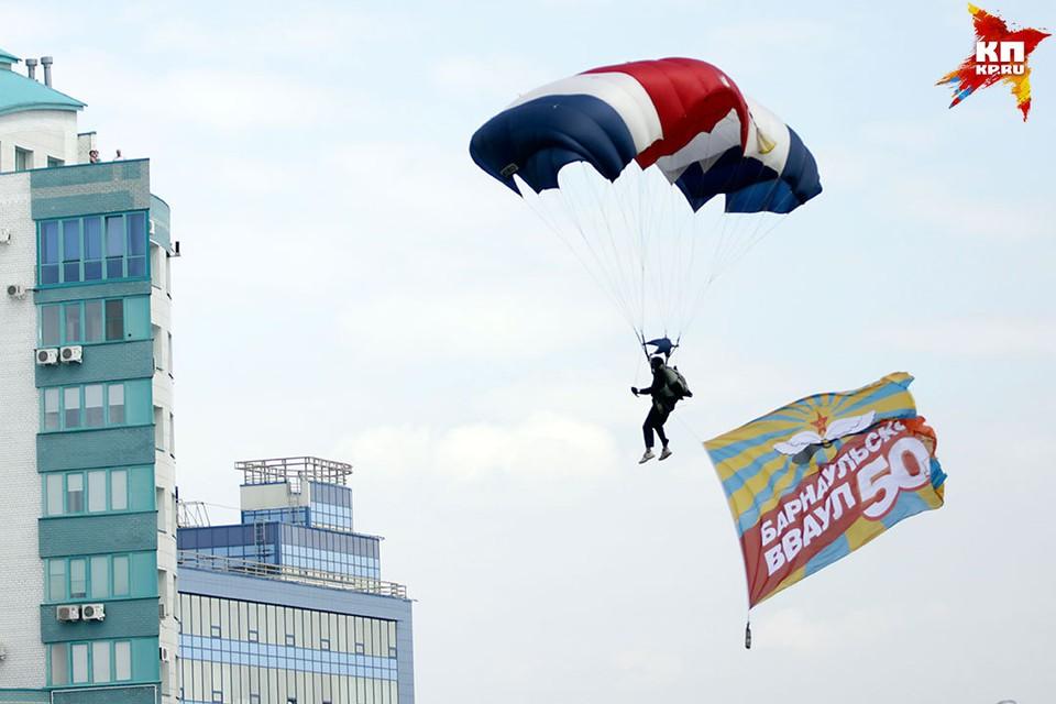 Авиашоу и парадом отметили 50-летие авиационного училища в Барнауле
