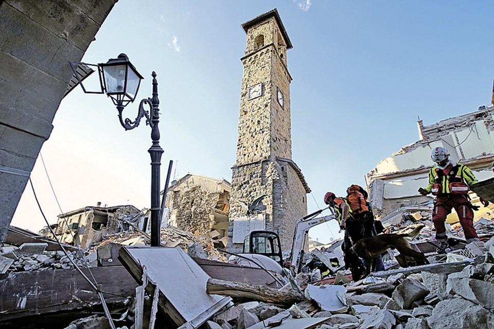 Центр одного из старейших городов Аматриче. Уцелела только часть церкви, построенной более 800 лет назад. Фото: Stefano RELLANDINI/REUTERS