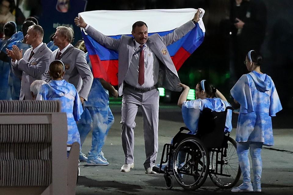 Один из атлетов достал российский флаг во время Парада наций. Фото: FA Bobo/PIXSELL/PA Images
