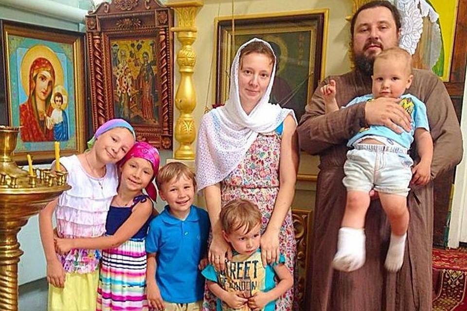 С супругом, настоятелем храма Христова Воскресения в селе Уварово Алексеем Кузнецовым, Анна воспитывает шестерых детей