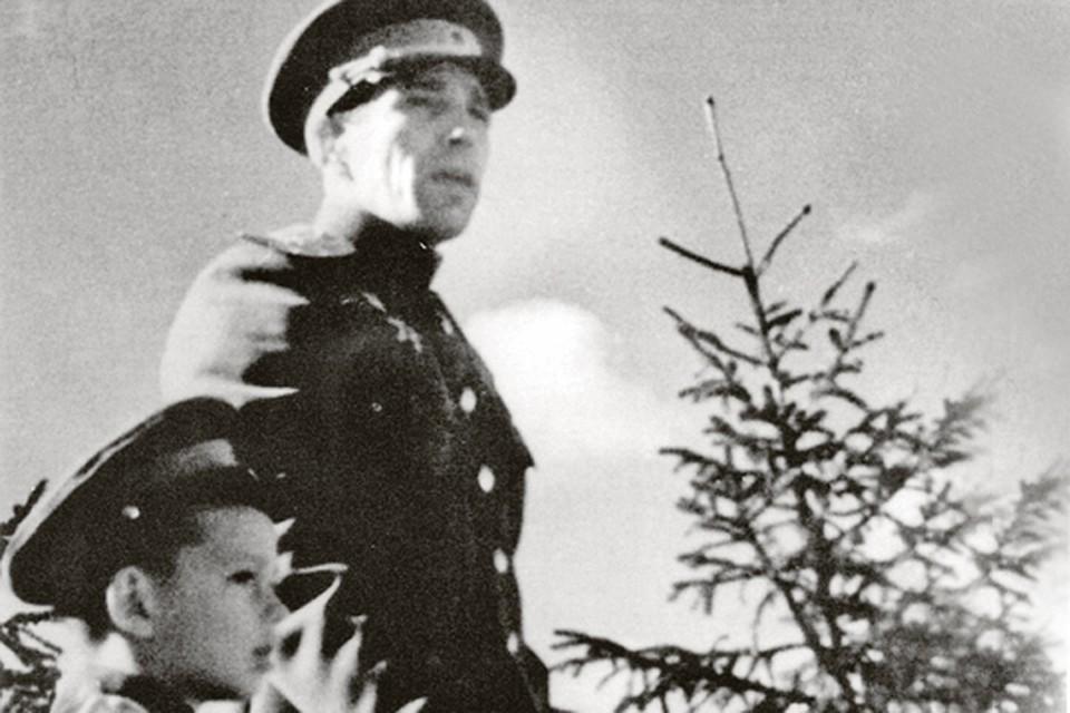 Алексей Кузнецов везде возил 5-летнего Валеру с собой.