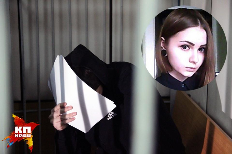 Подросток прячет лицо от журналистов. От последнего слова на суде он отказался.