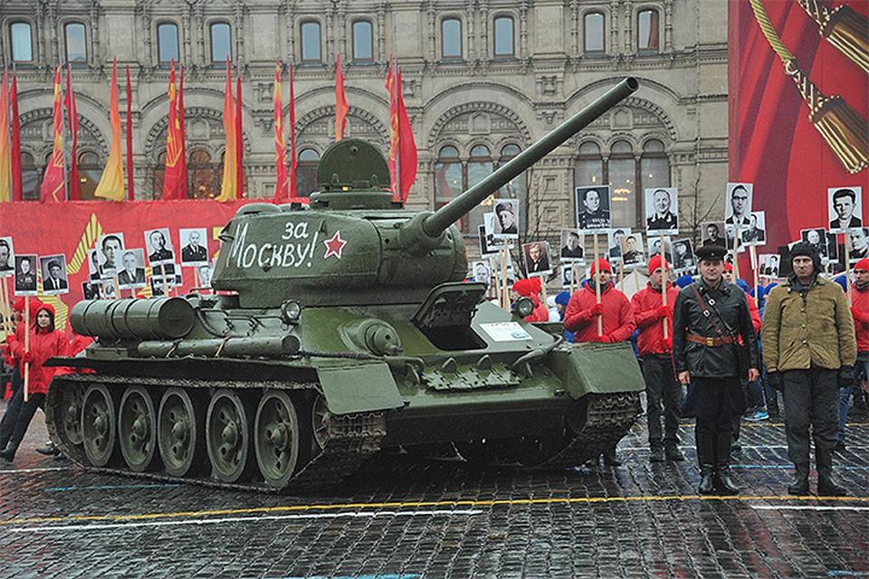 По Красной площади проехала боевая техника времен Великой Отечественной.