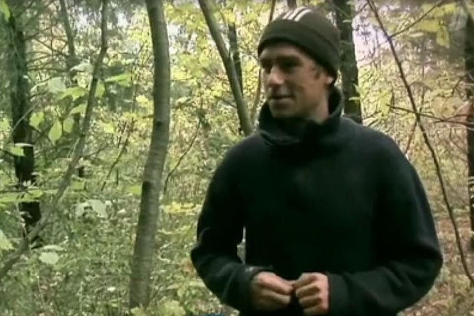 Сергей вырос в этих лесах, знает, где растет каждый кустик. Фото: Первый канал