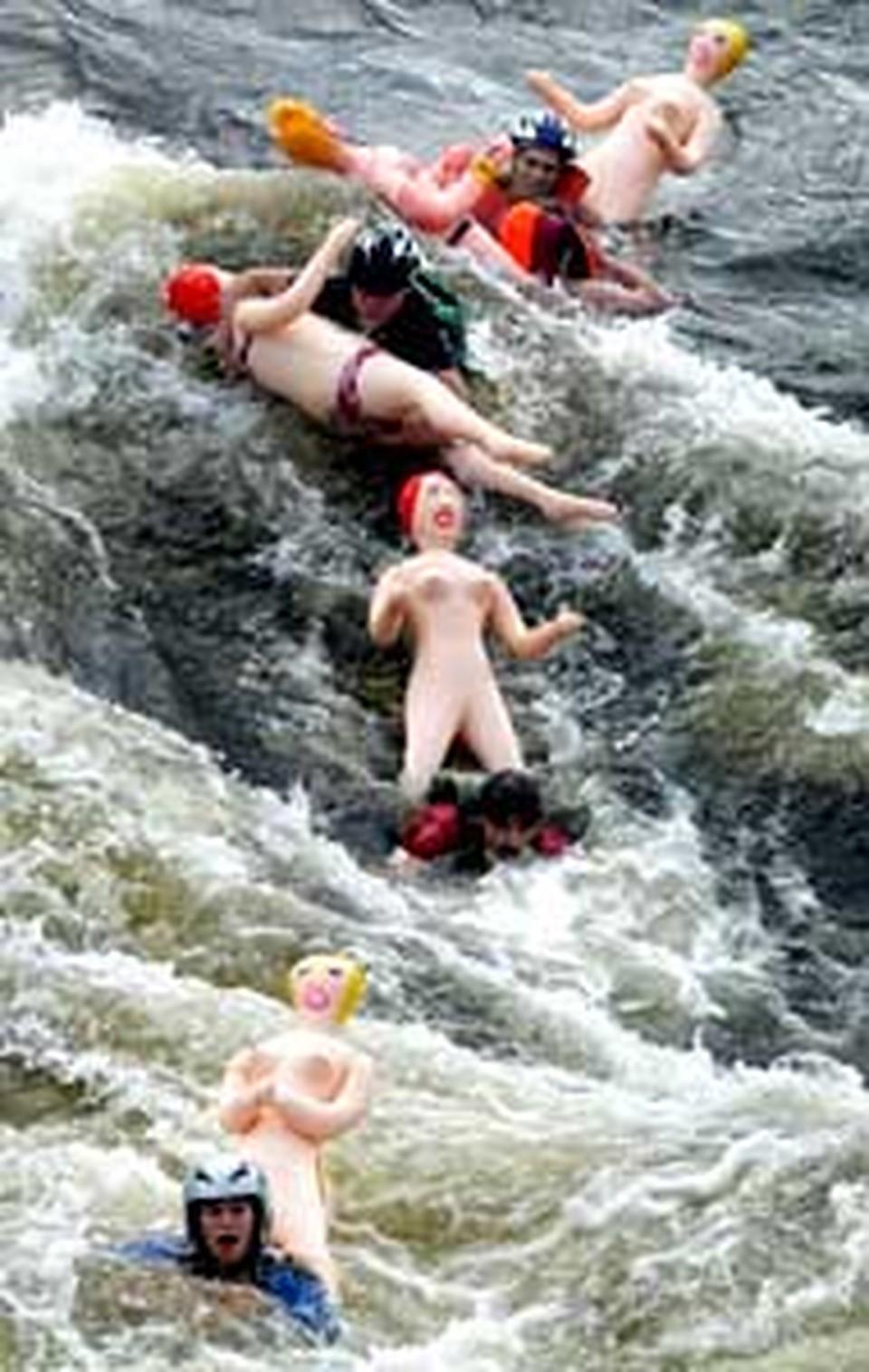 Все старались выбраться на середину реки - там самая сильная струя.