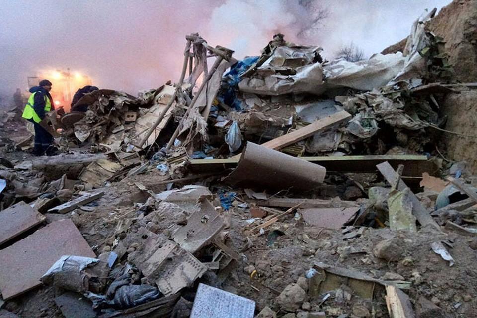 Самолет рухнул на жилые дома.