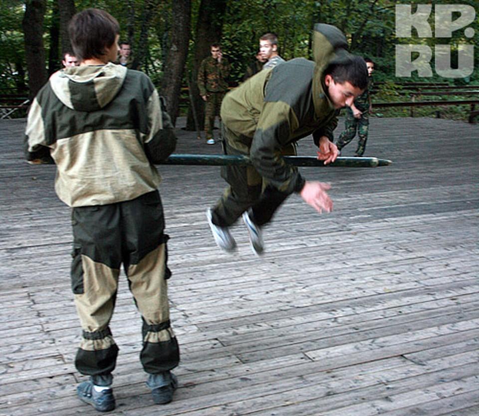 Тренировка хлопцев Щетинина казачьему рукопашному бою.
