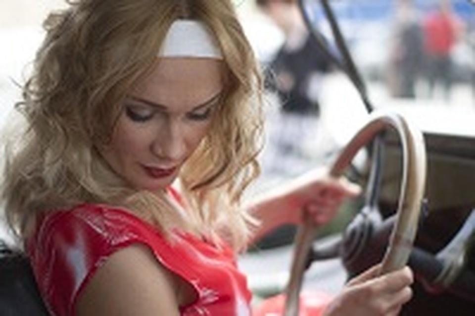 blondinka-s-dvoimi-foto-idealno-vibritaya-vagina-foto