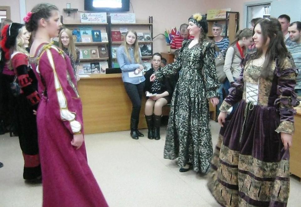 Все желающие могли научиться танцевать средневековый бранль
