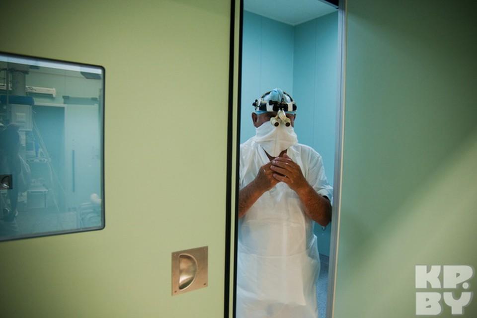 Следующее, до чего может коснуться рука хирурга после дезинфекции, будет уже только скальпель.  А две автоматические двери, герметично отделяющие операционную от коридора, можно открыть с помощью трёх разных механизмов.