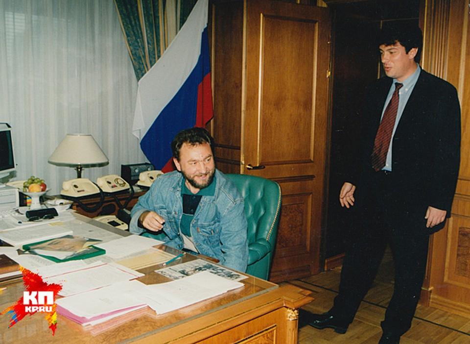 """Немцов уходит из своего кабинета -  в отставку и прощается с корреспондентом """" КП"""" Николаем Ефимовичем, которому удалось напоследок посидеть в кресле вице-премьера"""