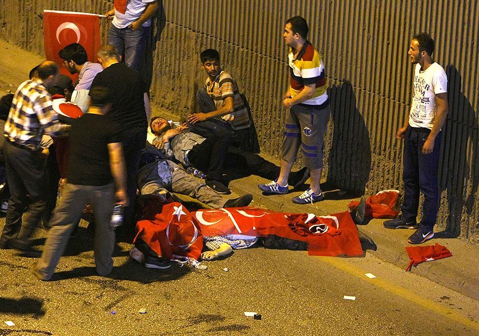 Анкара. Погибших в ночных перестрелках накрыли национальными флагами Турции.