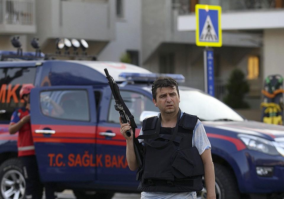 Полицейский в штатском охраняет порядок в городе Мармарис.