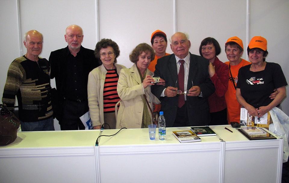 Василий Песков с членами  клуба журналистов КП