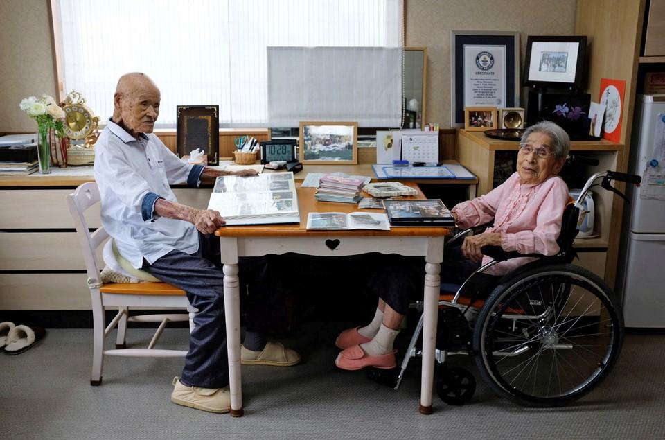 Столетний Мияко Мацумото и его ста восьмилетняя супруга Масао считаются самой старой парой в мире.
