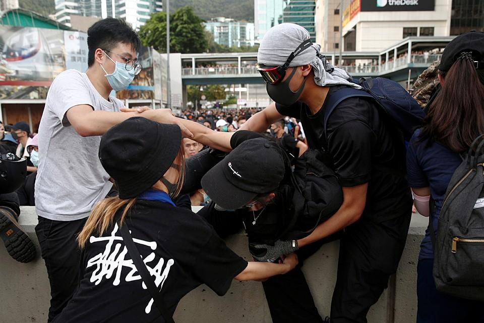 Сотни демонстрантов в Гонконге вышли за пределы согласованного с властями маршрута шествия и начали стягиваться в район Адмиралти, где находится правительственный комплекс. Они заблокировали движение транспорта, а также оцепили штаб-квартиру полиции