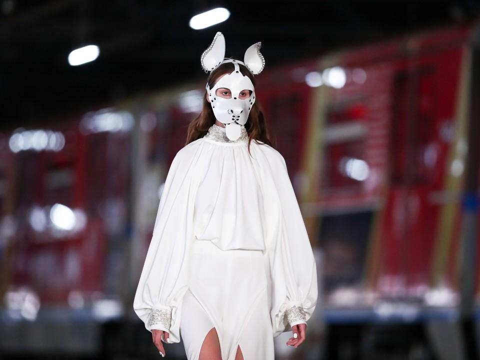 Модель во время показа коллекции на Неделе моды в Москве.