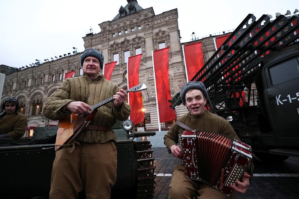 На Красной площади повторили легендарный парад 7 ноября 1941 года, с которого солдаты уходили прямо на фронт. Солдаты промаршировали в форме тех лет, а артисты показали исторические сцены обороны Москвы