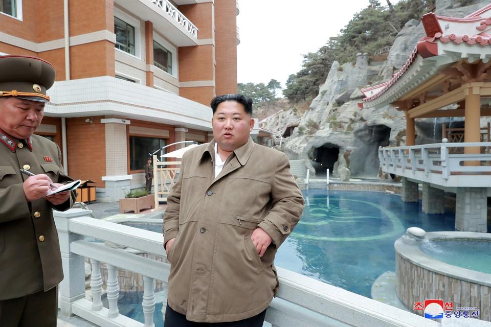 Глава КНДР Ким Чен Ын ознакомился с ходом строительства оздоровительного курорта.