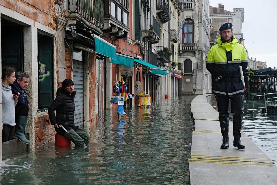 В Венеции создалась критическая ситуация из-за рекордного за последние 50 лет уровня «высокой воды».Затоплено до 90% территории города