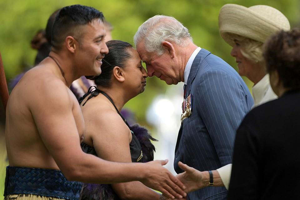 Принц Чарльз приветствует аборигенов Новой Зеландии традиционным способом во время своего визита в страну