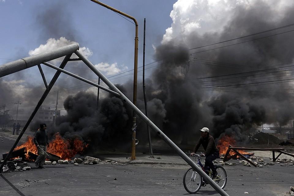 В Боливии произошли столкновения протестующих и полиции возле нефтеперерабатывающего завода «Сенката», который снабжает столицу топливом