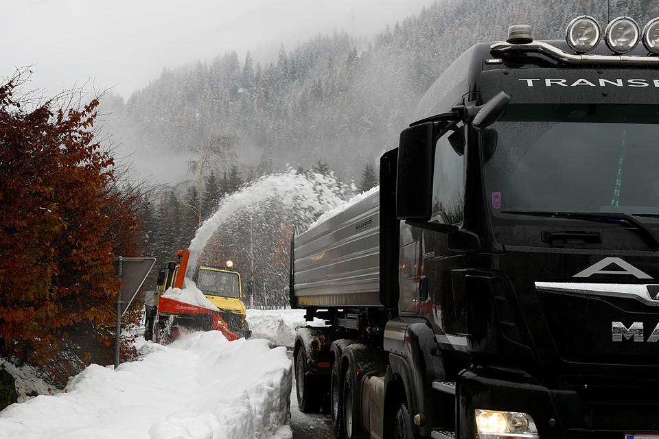 На западе и юге Австрии снегопады заблокировали движение на автодорогах