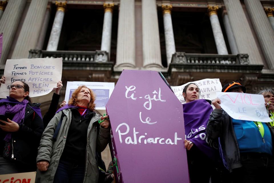 """В Париже прошли демонстрации протеста против убийства женщин и насилия в отношении женщин. Лозунг на крышке гроба гласит: """"Здесь лежит патриархат»."""