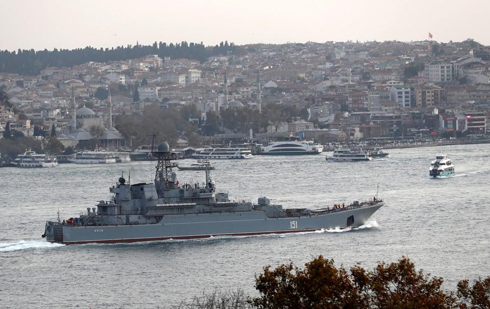 """Десантный корабль ВМФ России """"Азов"""" выходит в пролив Босфор в Стамбуле, направляясь в Средиземное море."""