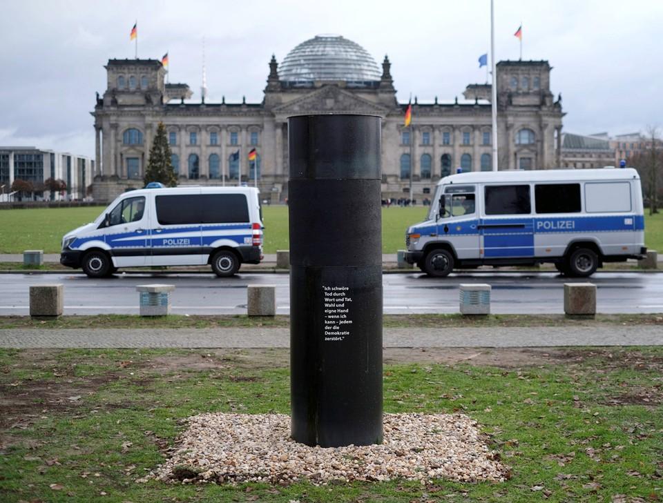 Перед зданием Рейхстага в Берлине активисты организации «Центр Политической красоты» установили колонну с пеплом жертв концлагерей.