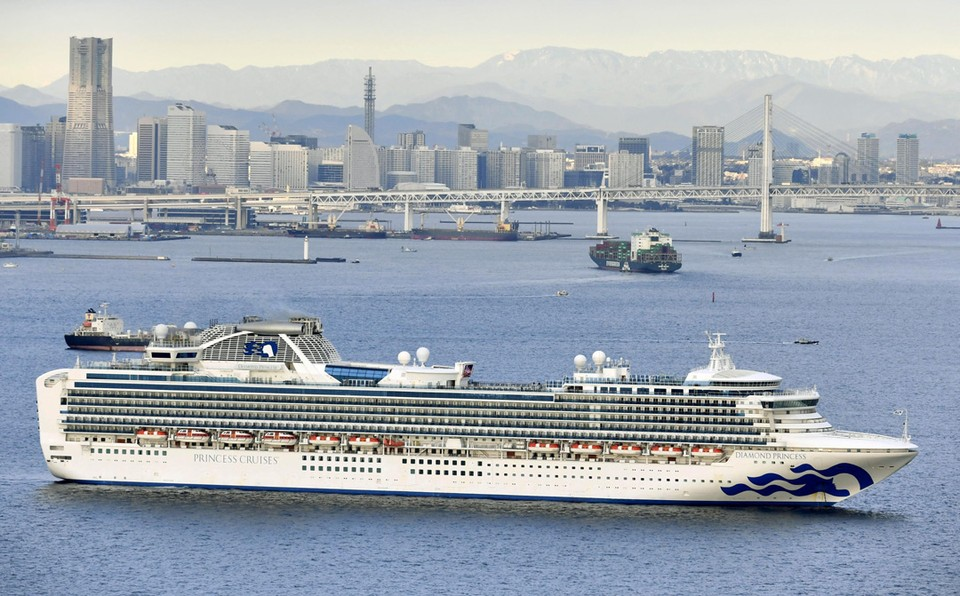 В Японии круизный лайнер Diamond Princess, на борту которого находятся 3500 человек, поместили на карантин в порту Йокогамы. Как сообщает DW, у одного из пассажиров обнаружили коронавирус 2019-nCoV. Семь пассажиров пожаловались на недомогание.