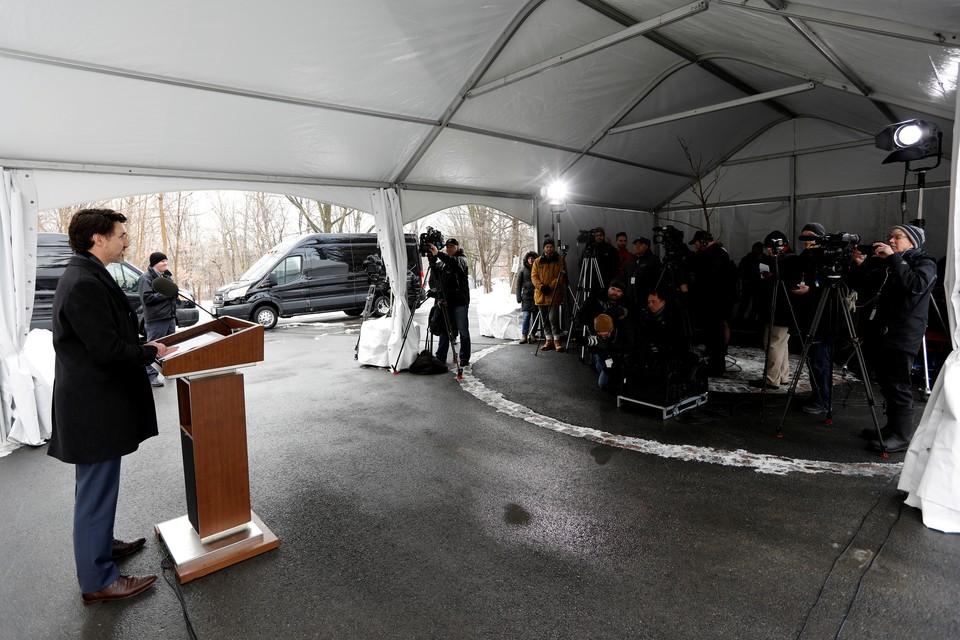 Премьер-министр Канады проводит брифинг по ситуации с коронавирусом в стране на безопасном расстоянии от прессы.