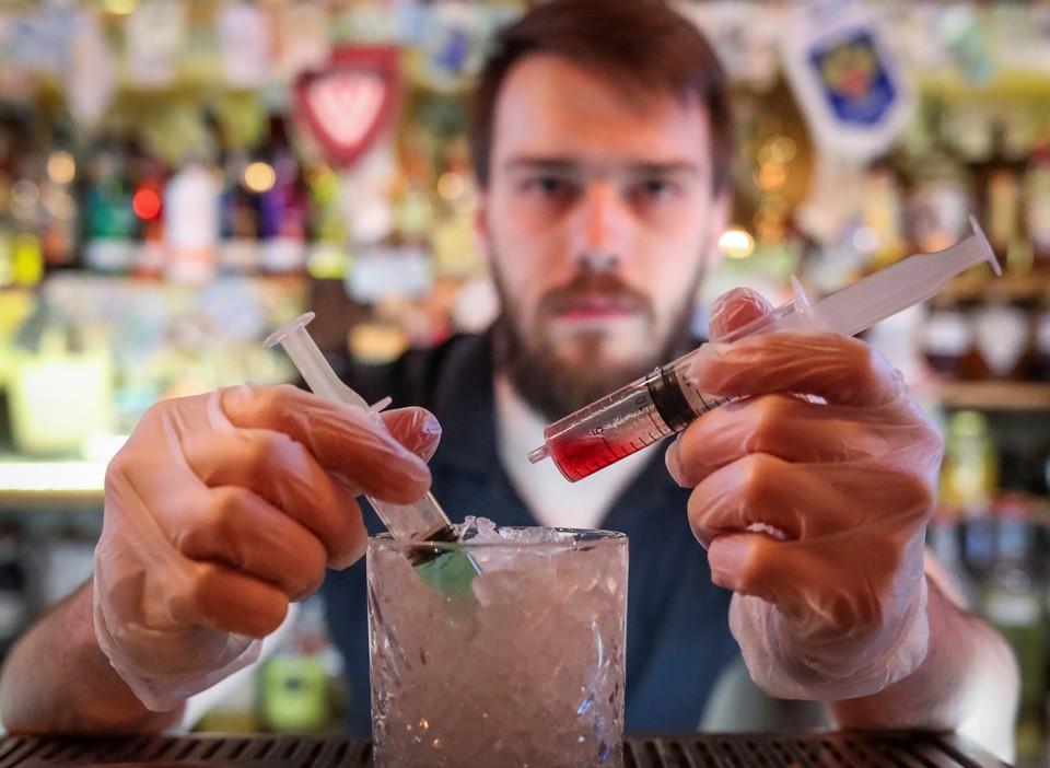 """В одном из баров Москвы придумали новый коктейль """"Коронавирус""""."""