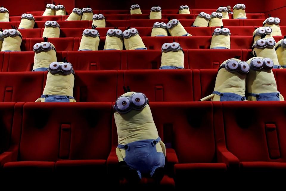 В парижском кинотеатре для мер социального дистанцирования на места разложили мягкие игрушки.