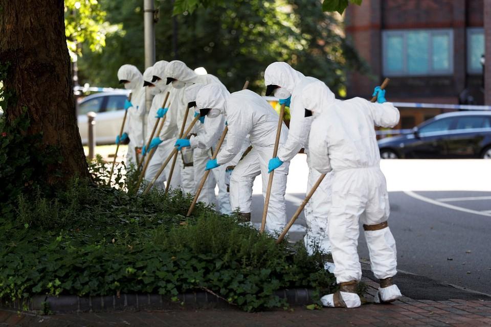 Поиски улик преступления на месте теракта в Реддинге, Великобритания.