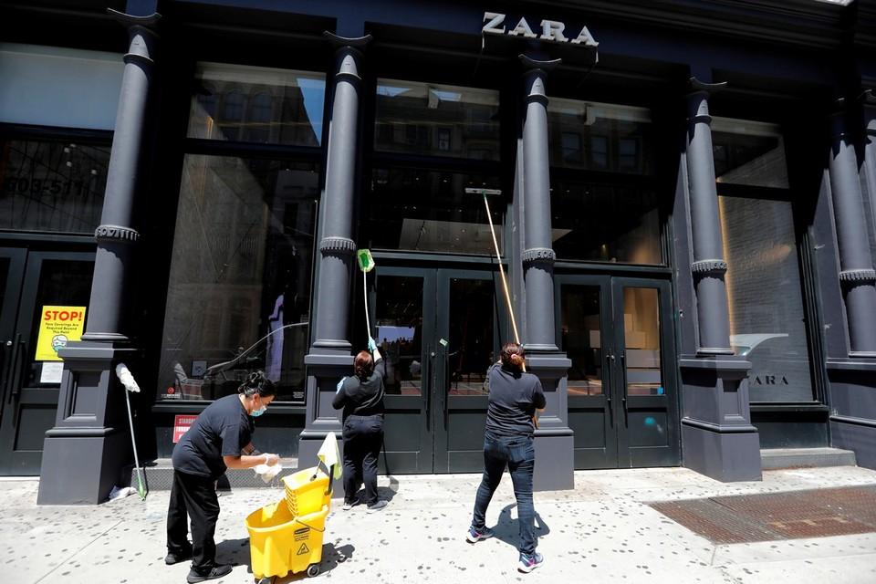Магазины Нью-Йорка приводят в порядок витрины перед открытием после ослабления карантина.
