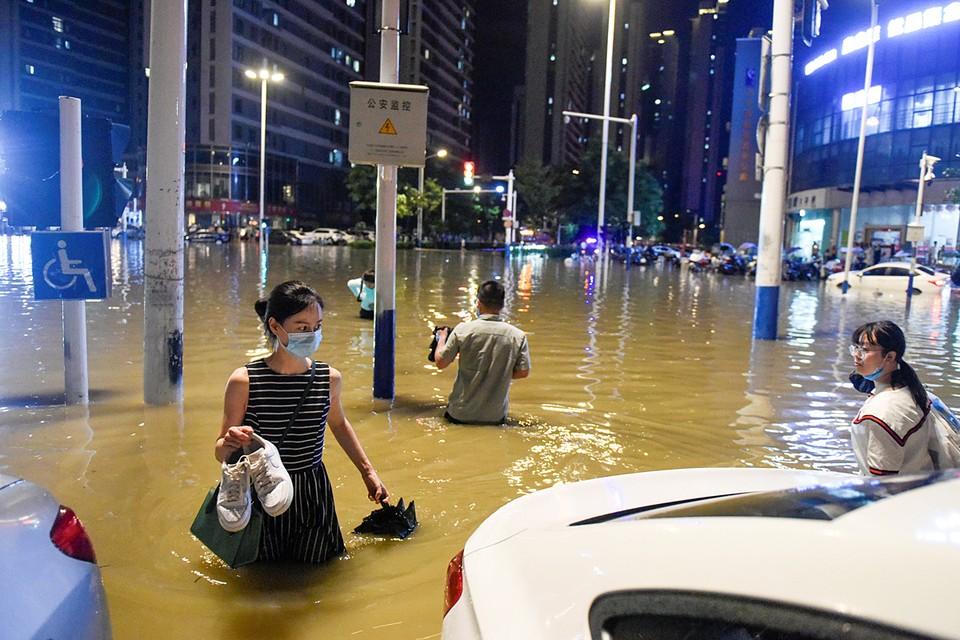 Как минимум 12 человек стали жертвами наводнения на юго-востоке Китая. Причиной стали ливни, непогода обрушилась на регион в выходные