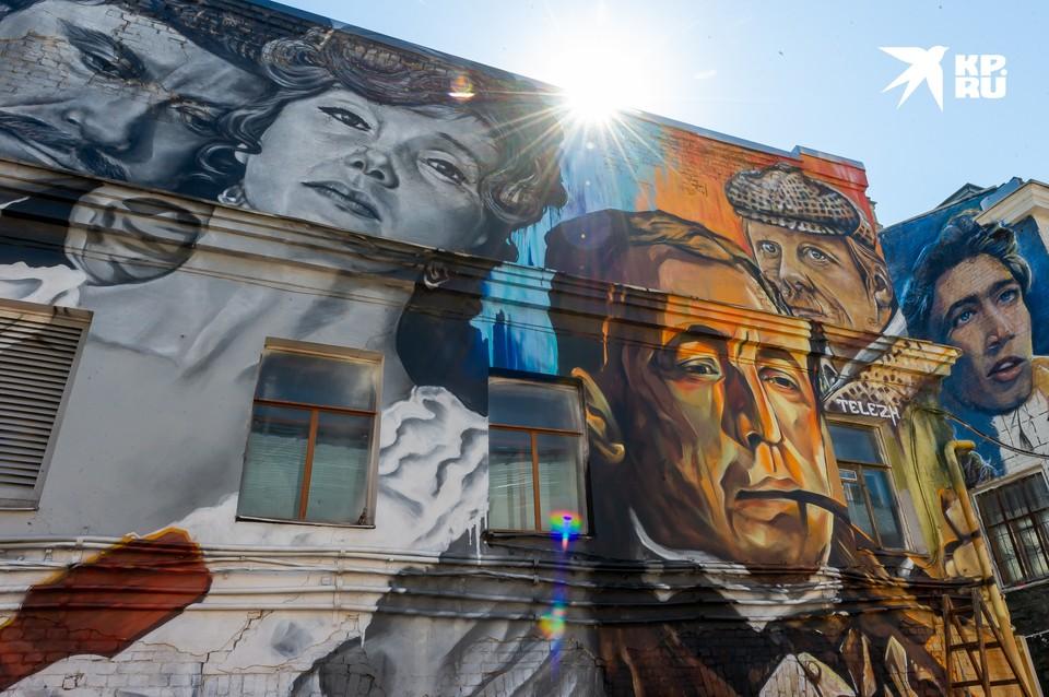 В пространстве Kino Corner проходит закрытый фестиваль граффити, на котором более десяти уличных художников, среди которых – Hoodgraffteam, Van Gee, Lislub, Urban Fresco и др., - занимаются росписью стен с изображением культовых персонажей «Ленфильма»
