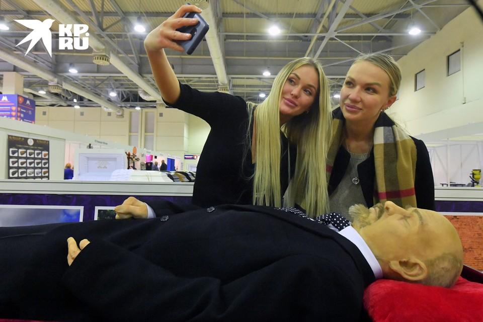 """Посетительницы международной выставки погребальных принадлежностей, похоронного сервиса и мемориального искусства """"Некрополь - Tanexpo 2020"""""""