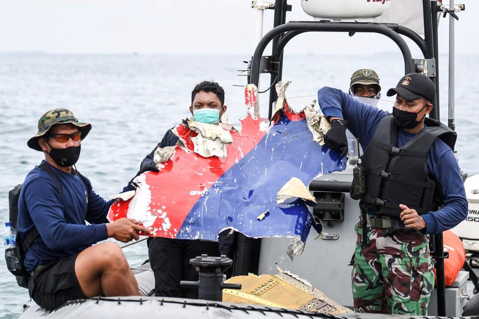 Спасатели обнаружили на дне Яванского моря черные ящики потерпевшего крушение самолета индонезийской авиакомпании Sriwijaya Air.