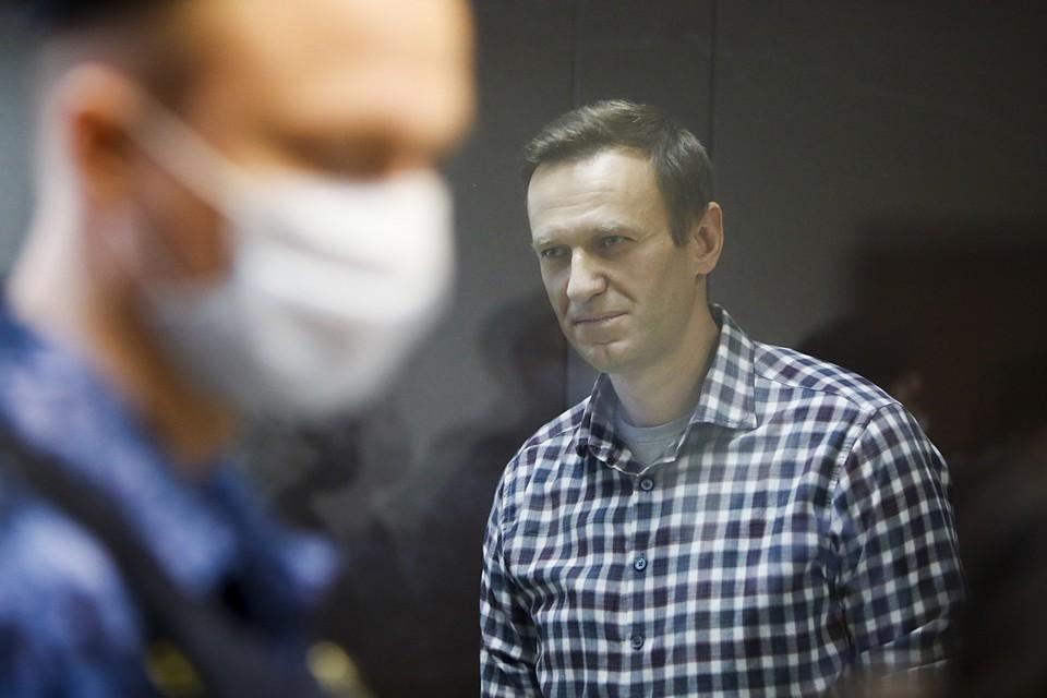Бабушкинский суд Москвы отклонил жалобы на замену условного срока Алексею Навальному реальным. С учетом отбытого наказания Навальному предстоит провести в колонии около двух с половиной лет