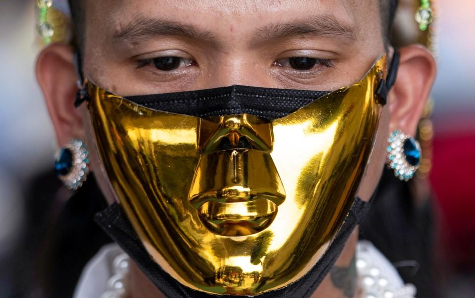 Участник протеста против военного переворота в столице Мьянмы.