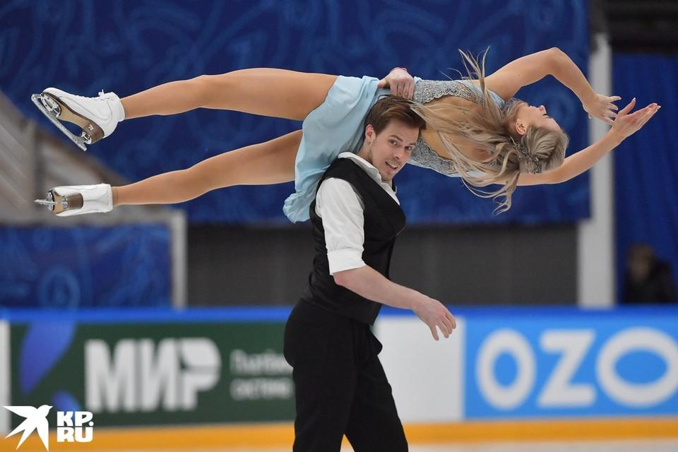 Виктория Синицина и Никита Кацалапов выступают на соревнованиях танцевальных дуэтов в финале Кубка России по фигурному катанию в Москве